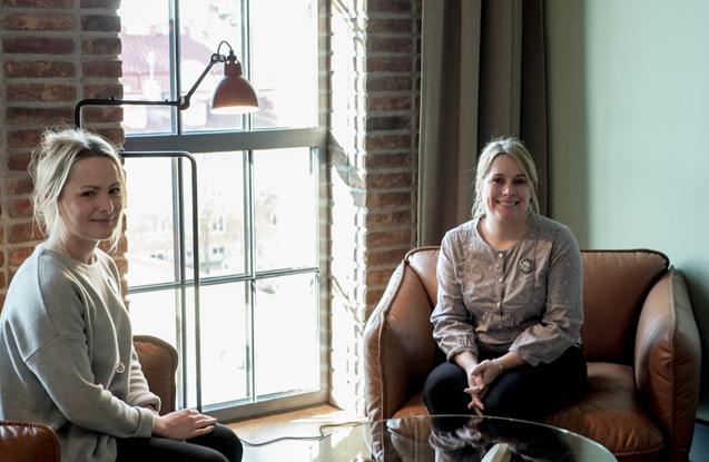 Moa Söder y Helen Rosberg en una de las habitaciones del hotel.