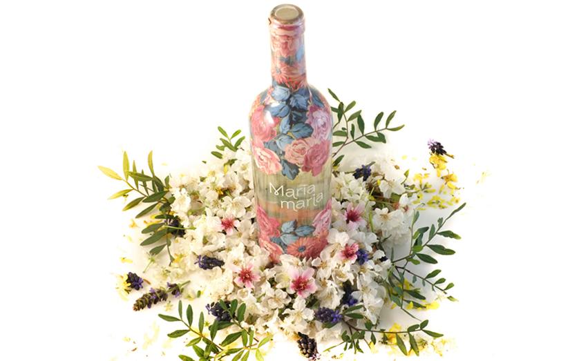 vino maria con flores de primavera