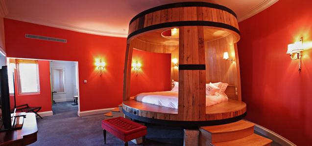 a suite de lujo del Yeatman con cama en una barrica gigante